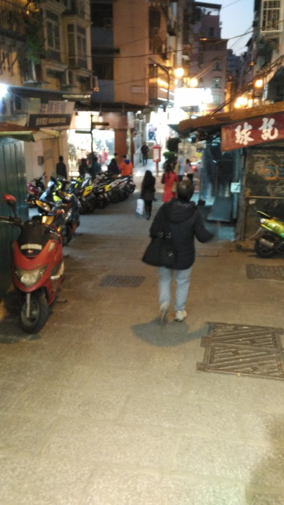 然而在下面逛一阵子之后老妈又决定进去一条小巷......
