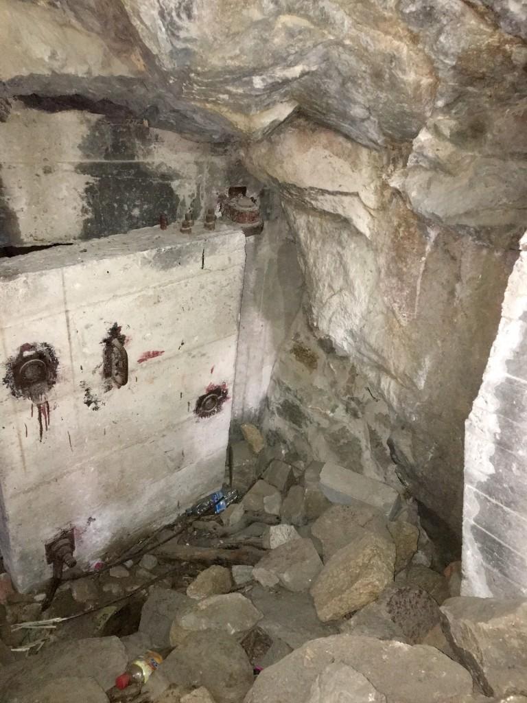 山洞中石门