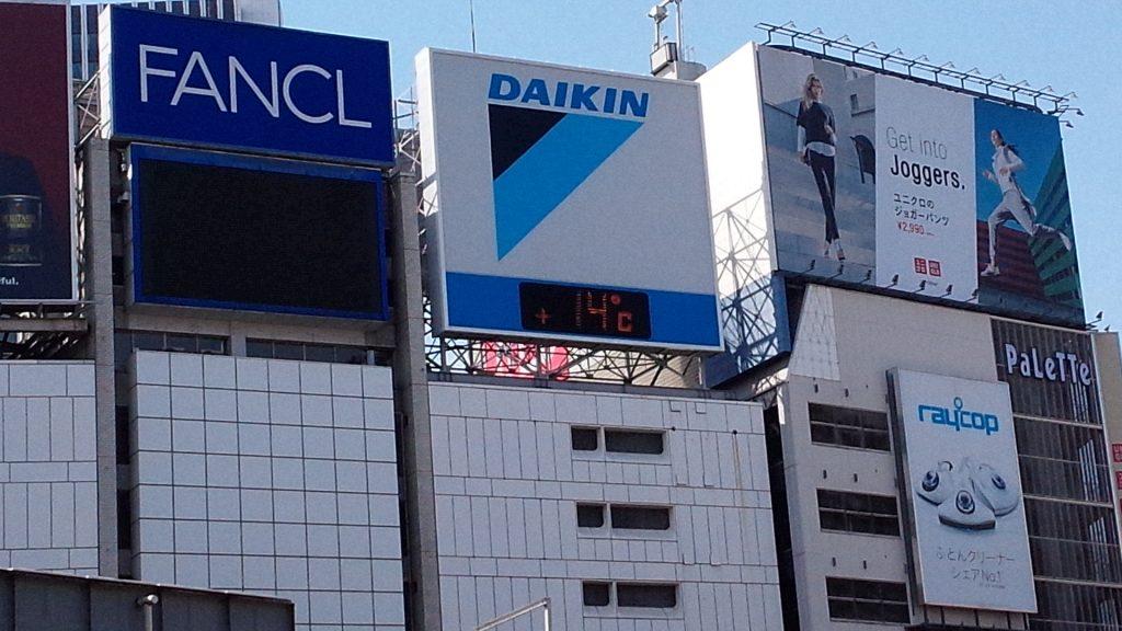 在新宿JR东出口外面呆着,看了看气温,顿时觉得不应该穿那件黄色风衣出来