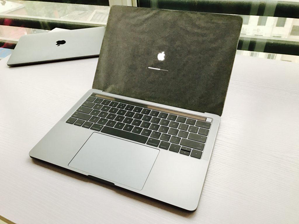掀开屏幕自动开机的MacBook Pro 13