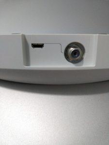 底座背后的插头,一边是Micro USB另一边就是电视天线插口了