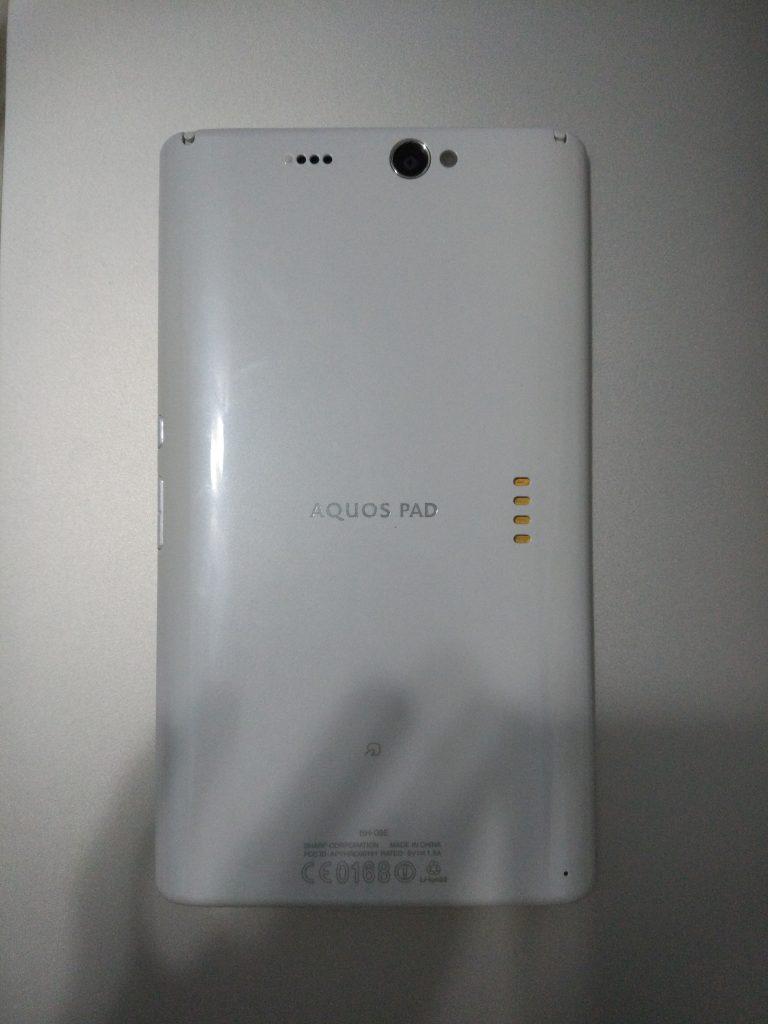 背面.右侧为充电底座接头,左上及右上分别为电视天线以及触控笔.比较奇怪的是底方有FeliCa的标签但非接触式技术只支持NFC.