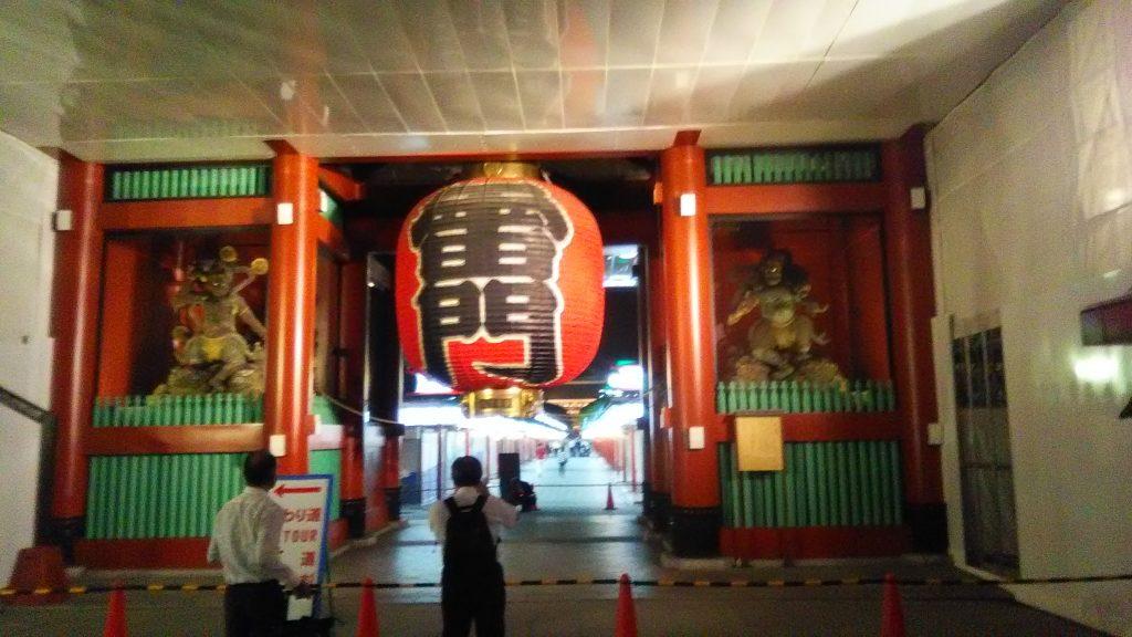由于是晚上来,我们算是看到了一个与别不同的浅草寺...