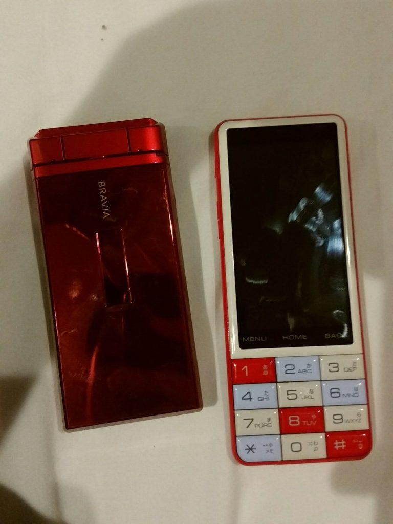 图左是一台红色的,看起来超级帅的索尼SO903iTV(docomo定制),图右则是一台带数字键的安卓直板,夏普Infobar C01(SHX12,au定制)