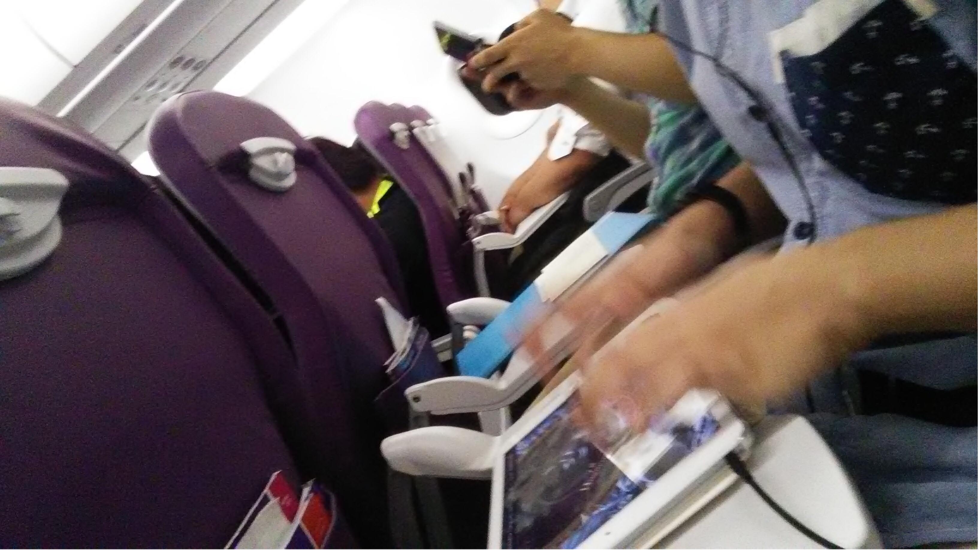 给大家介绍一下同行人士,敲着iPad的是Dora(我的一个在音乐游戏群认识回来的香港人,现在几乎是我好友了),在打3DS的是囧爷(专业钻研3DS以及iOS,也是个音乐游戏玩家),至于我妹就坐了在后面...看书