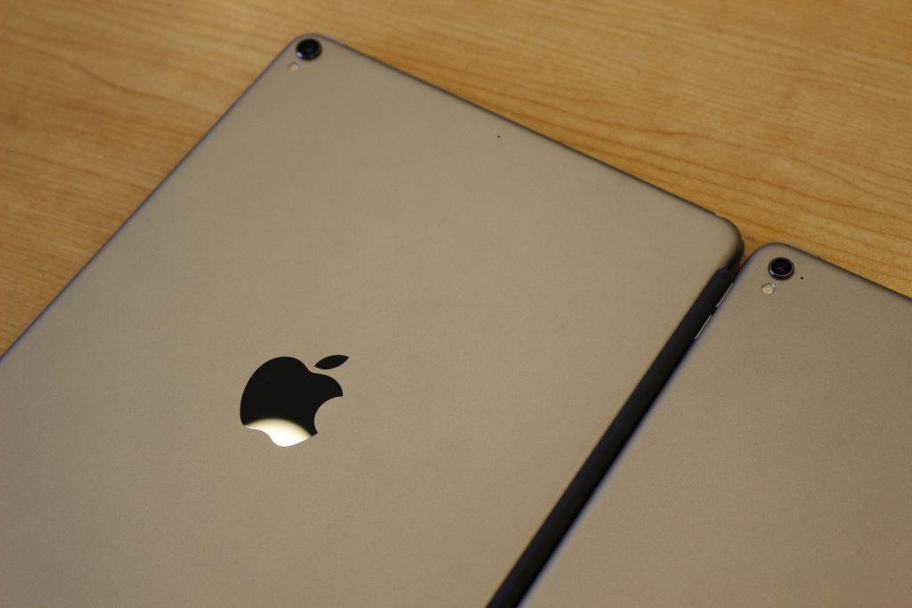 iPad Pro的10.5英寸版本(左)与9.7英寸版本(右)对比