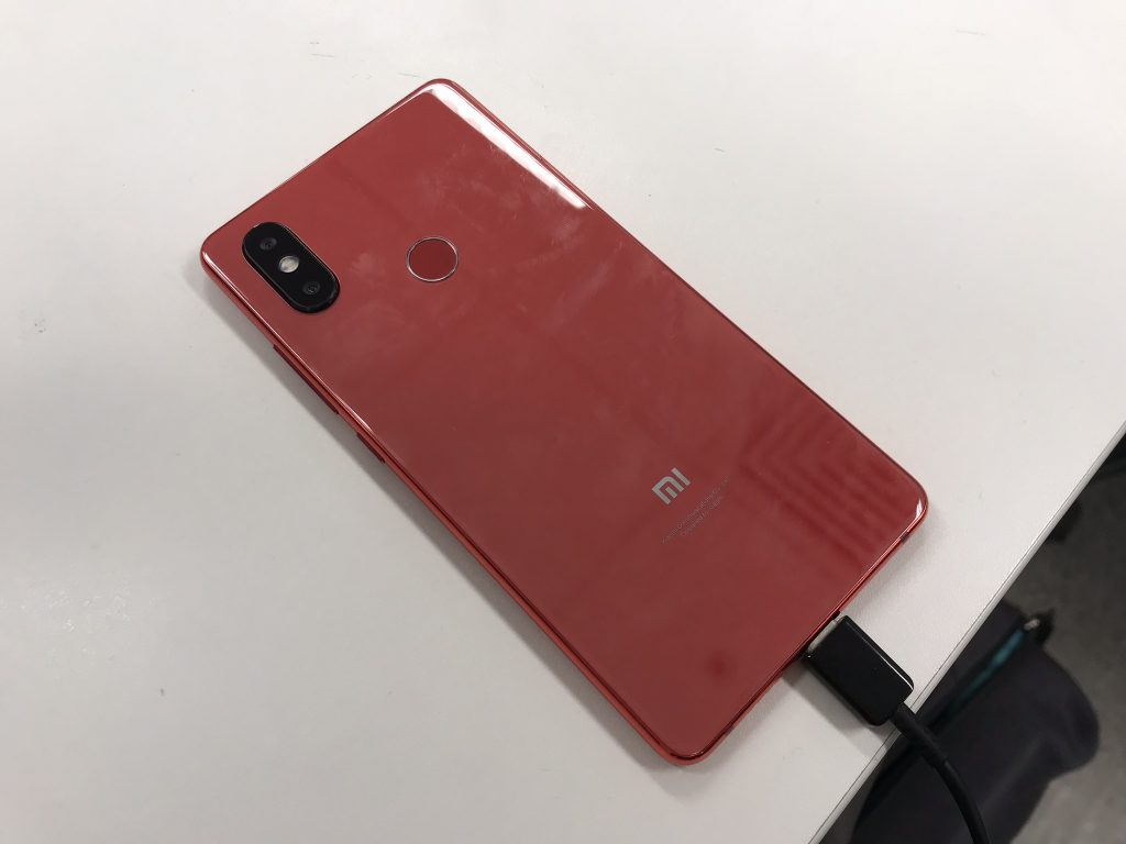 背面.同样也是本年小米争议最大的设计:背面突出的竖置双摄镜头,连排列也是和iPX相同的[主相机-闪光灯-副相机]的[红绿灯]排列,同时也有近年长屏幕手机的趋势:背面指纹.